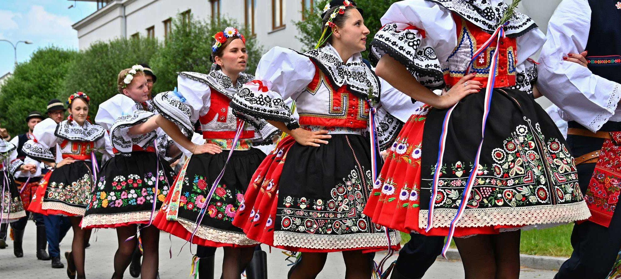 Mai / August: Volksfest in Hlohovec mit Trachtenumzug und Aufstellen des Maibaums